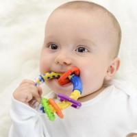 Por que os bebês colocam tudo na boca ?
